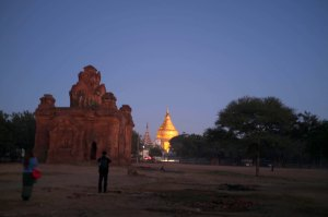 Sun rises in Nyaung U and Scaramouchine goes to see Shweizigan Paya